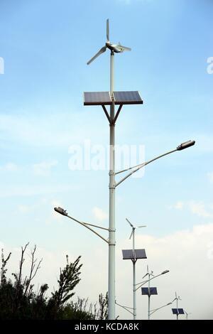 Eigenständige umweltfreundliche Sonnenkollektoren und Windkraftanlagen integrierte Lampe Beiträge Straßenbeleuchtung - Stockfoto