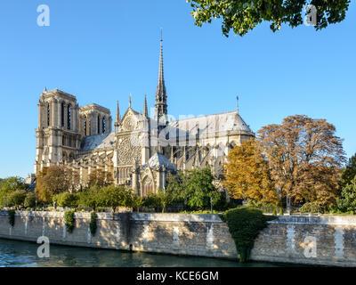 Drei Viertel auf der südlichen Seite der Kathedrale Notre-Dame de Paris von einem sonnigen Abend Anfang Herbst mit - Stockfoto