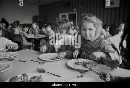 1970 s, historischen, zwei junge Mädchen ihrer Schule Abendessen essen an Langbourne Grundschule, Dulwich, London, - Stockfoto