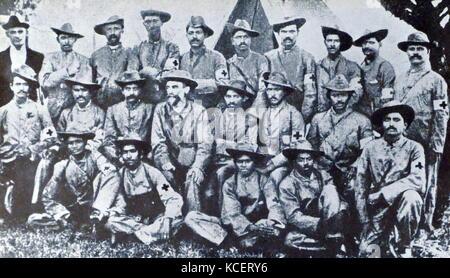 Mohandas Karamchand Gandhi (sitzend Mitte), mit den indischen medizinischen Korps im Burenkrieg in Südafrika; 1899. - Stockfoto