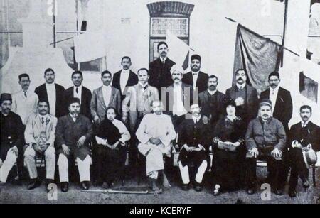Mohandas Karamchand Gandhi und seine Frau Kasturba mit indischen Gemeindeleiter, in Südafrika, 1914. Gandhi etabliert - Stockfoto