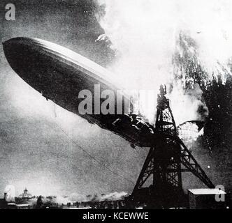 Foto während der Hindenburg Katastrophe getroffen. Ein deutscher Fluggast Luftschiff LZ 129 Hindenburg fing Feuer - Stockfoto