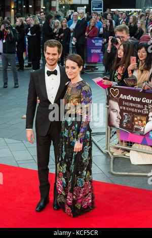 London, Großbritannien. 4. Oktober 2017. claire Foy und Andrew Garfield für die uk Film Premiere von Atmen im Odeon - Stockfoto