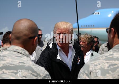 Carolina, Puerto Rico. 03 Okt, 2017. US-Präsident Donald Trump von Brig begrüßt wird. gen. isabelo Rivera und Lt.gen.jeffrey - Stockfoto