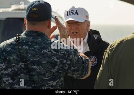 Us-Präsident Donald Trump kehrt ein Gruß an Lt.cmdr. Todd dupree nach der Ankunft auf dem Flugdeck der USS Kearsarge - Stockfoto