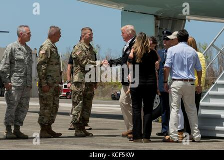 Carolina, Puerto Rico. 03 Okt, 2017. US-Präsident Donald Trump von Lt begrüßt wird. gen. Jeffrey Buchanan bei Ankunft - Stockfoto
