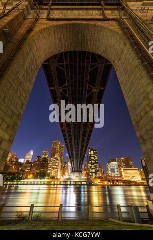Nacht Blick auf Midtown East Wolkenkratzer von unterhalb der Ed Koch die Queensboro Bridge. Roosevelt Island, Manhattan, New York City Stockfoto