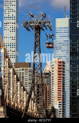Roosevelt Island Tramway mit Wolkenkratzer in MIdtown East (432 Park Avenue und Bloomberg Turm). Manhattan, New York City Stockfoto