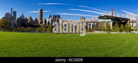 Sommer Panorama der Cornell Tech Campus auf Roosevelt Island mit der Queensboro Bridge. New York City - Stockfoto