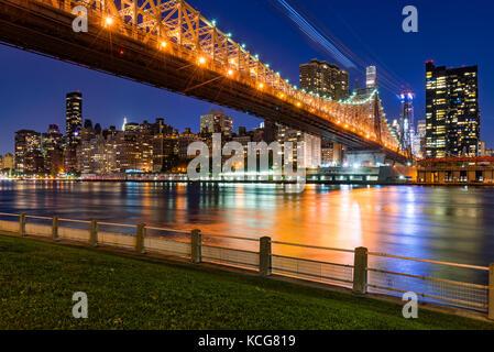 Am Abend Blick auf Manhattan Midtown East von Roosevelt Island mit der Queensboro Bridge. New York City Stockfoto
