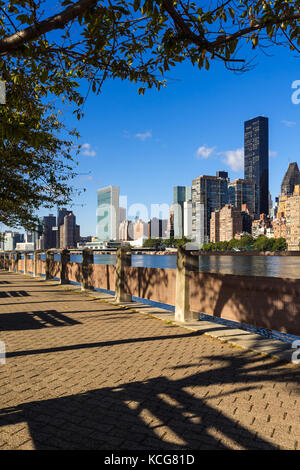 Sommer Blick auf Manhattan Midtown East Wolkenkratzer von Roosevelt Island mit dem East River. New York City - Stockfoto
