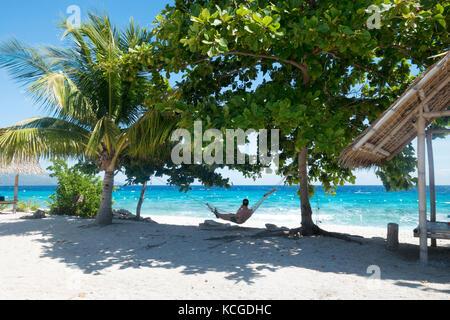 Philippinen Strand, Insel Cebu - ein Tourist Entspannung in einer Hängematte auf Urlaub, Cebu, Philippinen, Asien - Stockfoto
