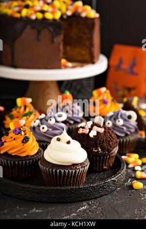 Festliche Halloween Cupcakes und behandelt - Stockfoto