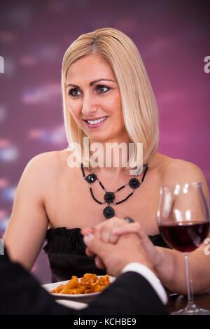 Happy schönes Paar Hände halten im Restaurant - Stockfoto