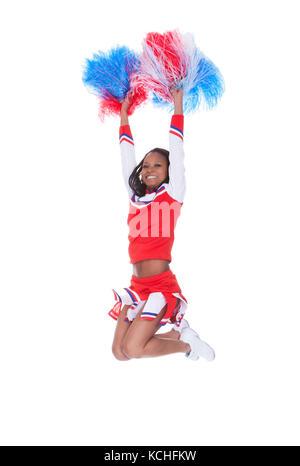 Lächelnd schöne Cheerleader mit Pompoms. auf weißem isoliert - Stockfoto