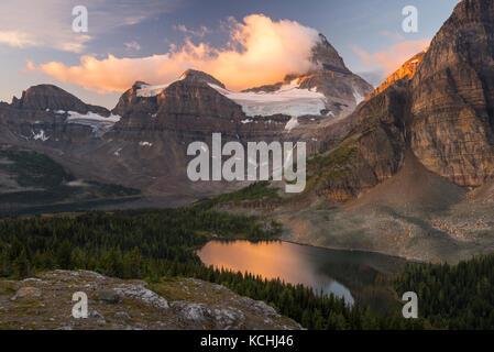 Die klassische Sonnenaufgang Blick auf Mount Assiniboine aus dem 'Nublet' - Stockfoto