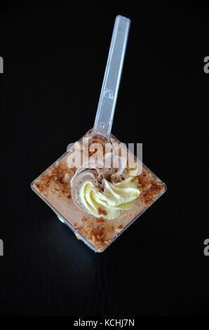 Bild von einem Geburtstag Cupcakes in einem Kunststoffbehälter - Stockfoto