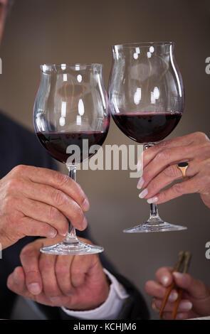 Gerne reifes Paar toasten Wein in einem eleganten Restaurant - Stockfoto