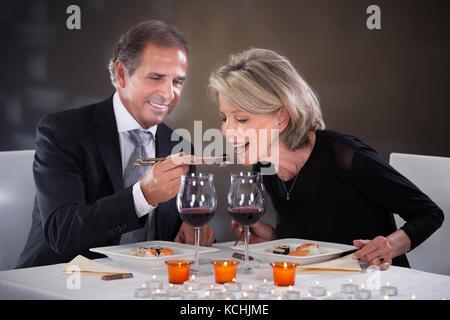 Romantische reifes Paar mit Abendessen im Restaurant - Stockfoto