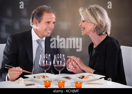 Romantisches Paar mit Abendessen im Restaurant - Stockfoto
