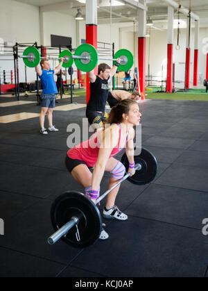 Bestimmt Athleten anheben Barbells in der Turnhalle - Stockfoto