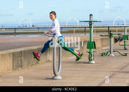 Southport, Merseyside. 6. Oktober, 2017. UK Wetter. Sonnigen Tag in der nord-west Resort als junge Frau Übungen, - Stockfoto