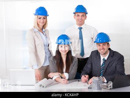 Gruppe von Architekten Menschen, die am Projekt - Stockfoto