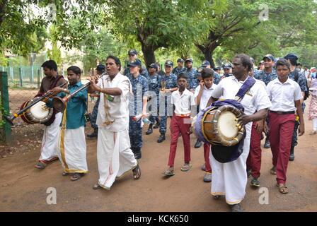 Indische Musiker eine Prozession der U.S. Navy Segler bei Anreise zu junge Mens christliche Vereinigung Sekundarschule - Stockfoto