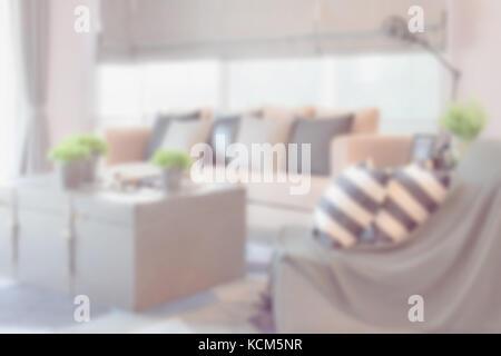 ... Blur Bild Der Gestreiften Und Schwarzem Leder Kissen Auf Dem Sofa In  Modernen Industriellen Stil Wohnzimmer