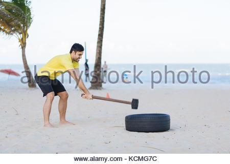 Brasilianischen Mann heraus arbeiten Functional Training am Strand - Stockfoto