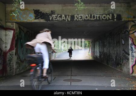 Magdeburg, Deutschland - 7. September 2017: ein Radfahrer fährt durch einen Tunnel, auf denen haben Rgan Revolution' - Stockfoto