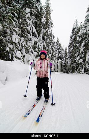 Jungen Mädchen (7) genießt einen Tag Langlaufen bei Lärche Hügel Nordic Centre in der Nähe von Salmon Arm in der - Stockfoto