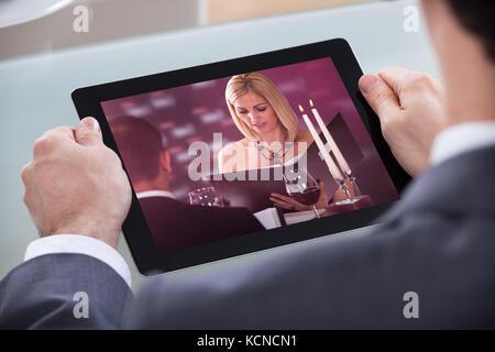 Nahaufnahme der Geschäftsmann Video auf digitalen Tablet - Stockfoto