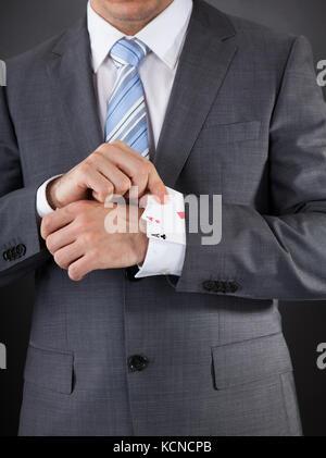 Nahaufnahme der Unternehmer ausblenden poker Karte in der Hülse - Stockfoto