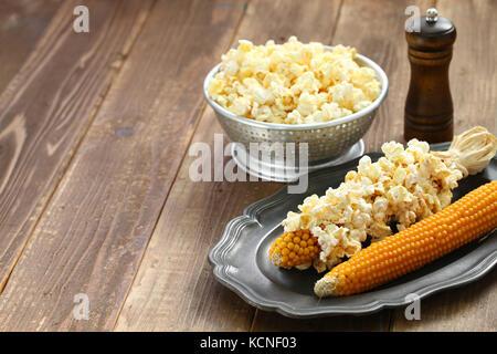 Das Popcorn aus einer Cob durch Mikrowelle - Stockfoto