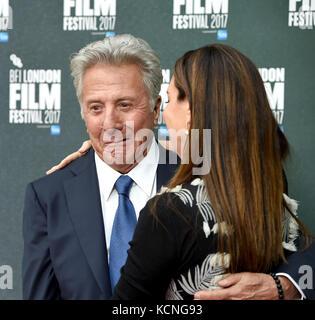 Foto Muss Gutgeschrieben werden ©Alpha Press 079965 06/10/2017 Dustin Hoffman und Ehefrau Lisa The Meyerowitz Stories - Stockfoto
