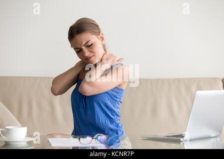 Müde Frau Gefühl Nackenschmerzen, Massieren verspannte Muskeln, leiden unter chronischen Rückenschmerzen Schulter - Stockfoto