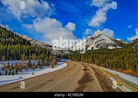 Kananaskis Bergen Teil der Kanadischen Rockies. Robuste, rocky, majestätische Berge, gegen so tief blauen Himmel, - Stockfoto