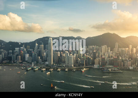 Luftaufnahme der Skyline von Hongkong und den Victoria Harbour mit blauem Himmel in Hongkong. Asien. - Stockfoto