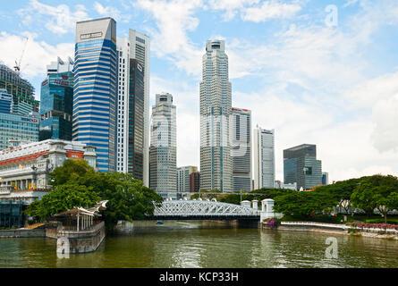Singapur - September 20, 2010 - Blick auf cavenagh Brücke, Wolkenkratzer des Business Viertel und das Fullerton - Stockfoto