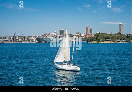 Australien, New South Wales, Port Jackson, Segeln Sydney Hafen vor dem Hintergrund der Garden Island Naval Station - Stockfoto