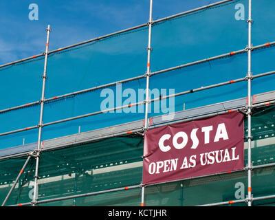 Costa Kaffeehaus öffnen Sie wie gewohnt anmelden auf Gerüsten über Gebäude Sanierung - Stockfoto