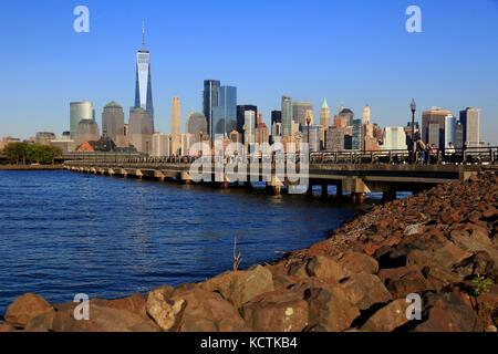Skyline von Lower Manhattan mit North Cove im Vordergrund im Liberty State Park. New Jersey.USA - Stockfoto