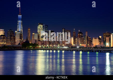 Die Nacht Blick auf Lower Manhattan Skyline mit One World Trade Center Turm in Financial Distric und Brooklyn.Manhattan, - Stockfoto