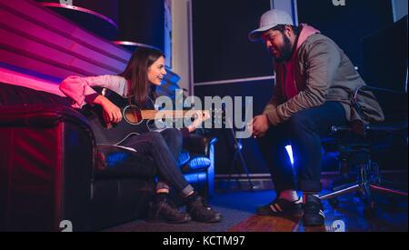 Der Mann und die Frau das Komponieren eines Songs auf der Gitarre. Künstler in Sound Recording Studio. - Stockfoto