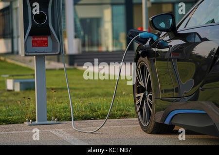 BMW i8 in München, 9. September 2017 Hybrid Elektroauto BMW i8 an eine Ladestation am 9. September 2017 in München, - Stockfoto
