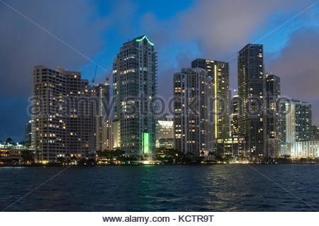 Stadt Städtischen Skyline bei Nacht aus der Biscayne Bay. Hohe Gebäude mit Licht, Sicht von einem Touristenboot - Stockfoto