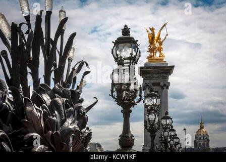Pont Alexandre III Brücke über Seineufer in Paris - Stockfoto