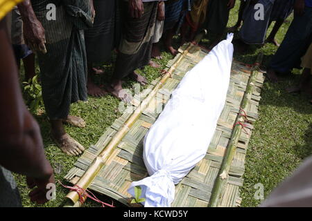 Einen toten Körper eines alten rohingya Mann vor zu begraben, der Tod für TB Krankheit in der Nähe von balikhali Flüchtlingslager. Stockfoto