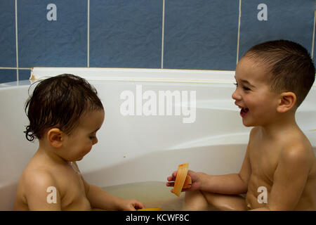 Zwei Kleine Jungen Spaß Mit Wasser Durch Die Badewanne Dusche In Der